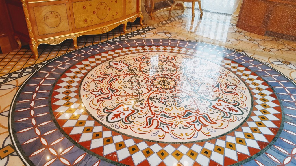 Межигір'я - Мармурова підлога у ванній кімнаті
